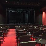 La vue de la salle, les chaises et tables sont disposées en mode cabaret.