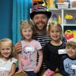 Monsieur André avec des enfants qui participaient à l'atelier